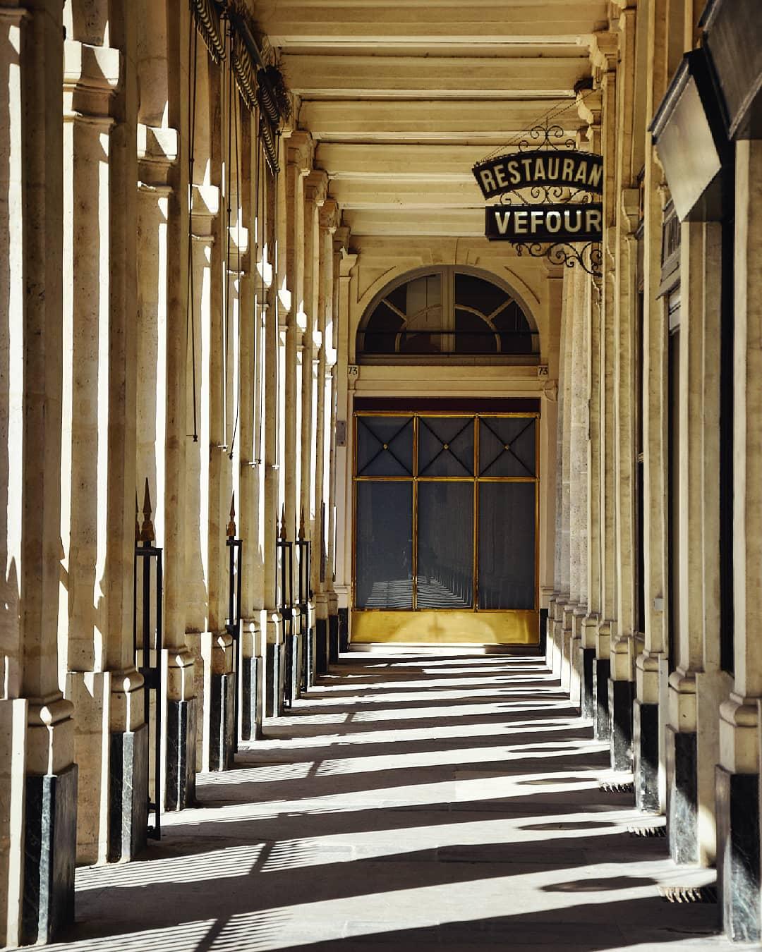Gioco di luce e ombre sotto i portici del Palais-Royal