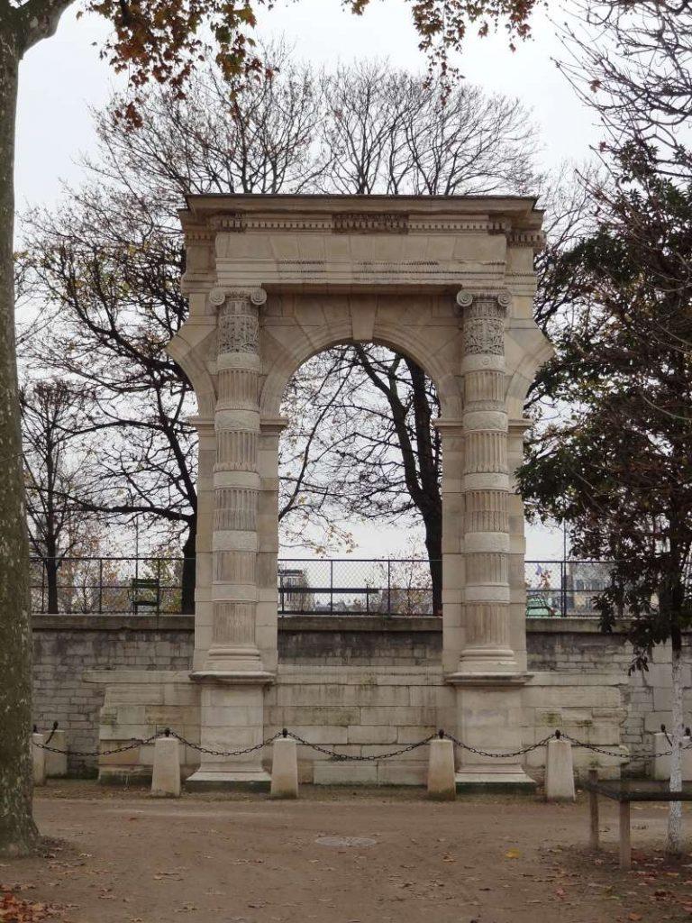 Arcata del Palais des Tuileries visibile nei giardini