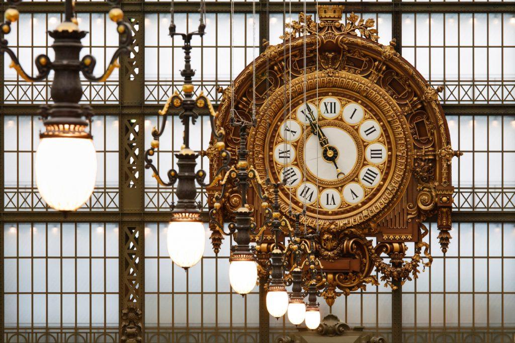 Il grande orologio dorato del museo d'Orsay