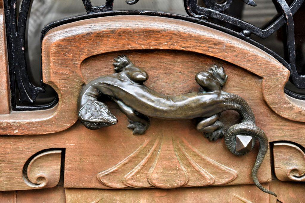 Immeuble Lavirotte, la maniglia del portone a forma di lucertola