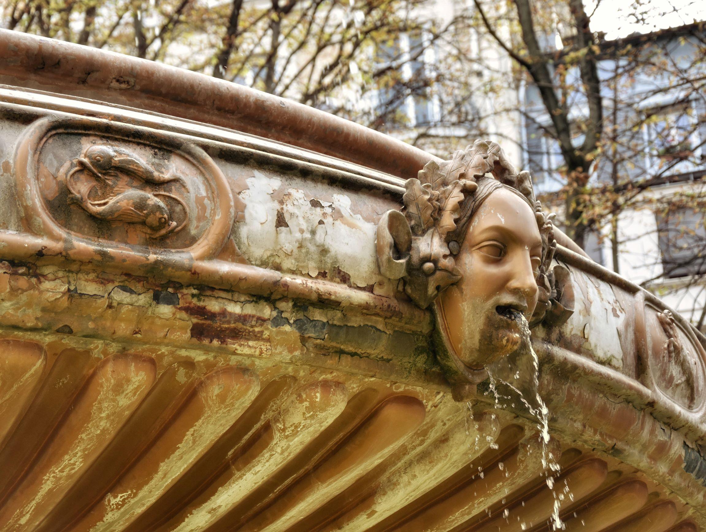 Fontaine Louvois, dettaglio dei mascaron e dei segni zodiacali