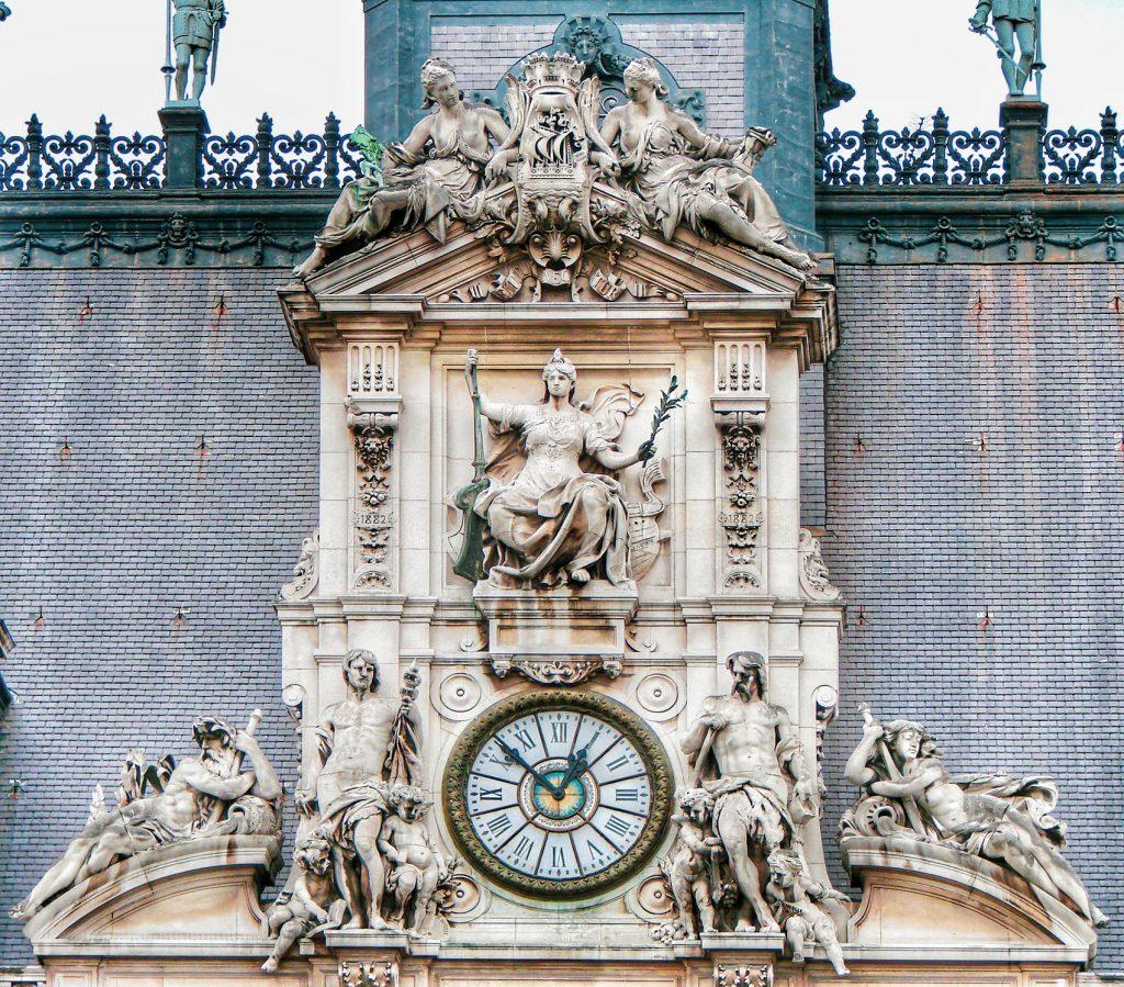 Frontone della facciata principale