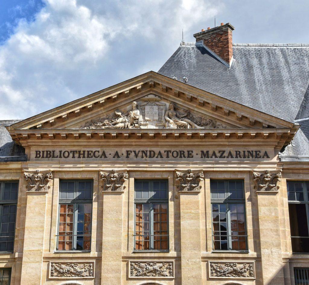 Facciata della Bibliothèque Mazarine nella corte interna dell'Institut de France