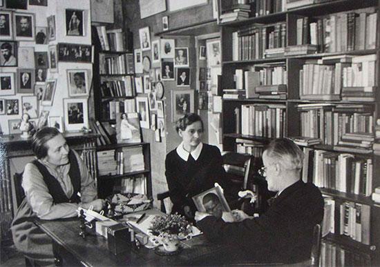 Sylvia e Adrienne con Joyce attorno al tavolo di Shakespeare and Company