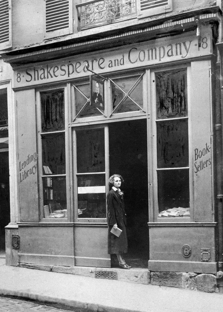 La vetrina di Shakespeare and Company in rue Dupuytren