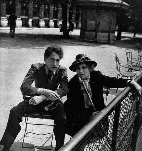 Colette e Jean Cocteau nei giardini del Palais Royal