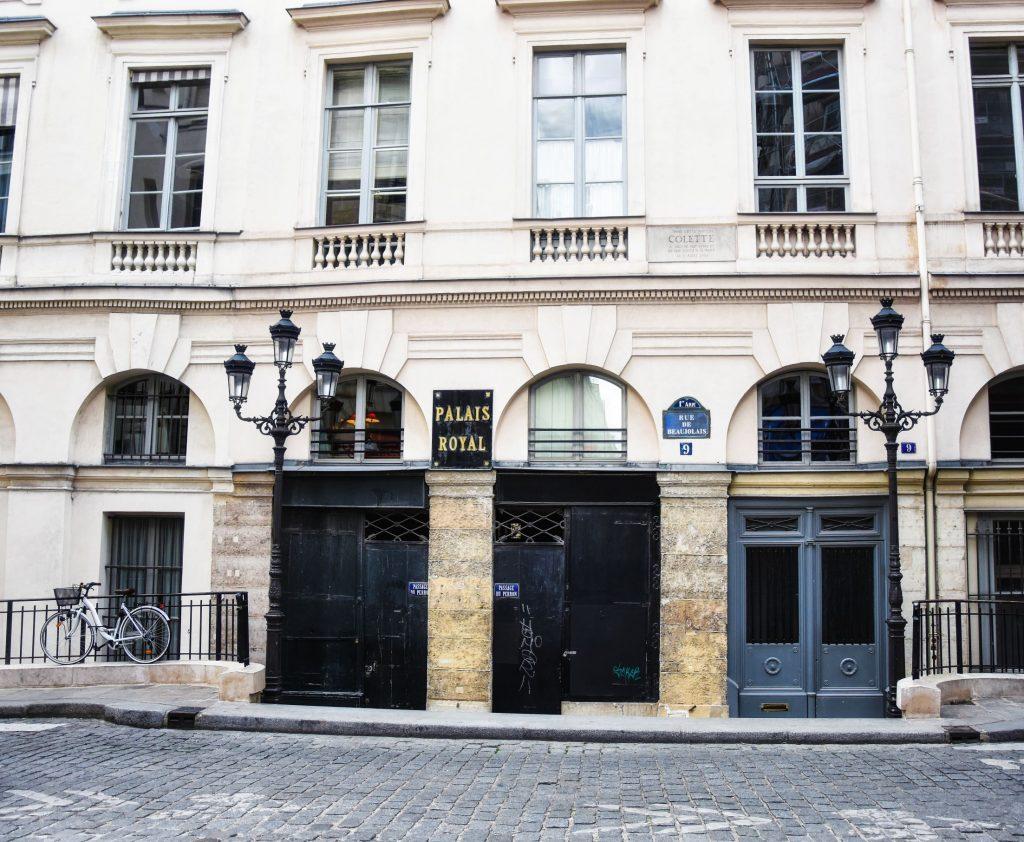 L'ingresso e le finestre del mezzanino al Palais Royal