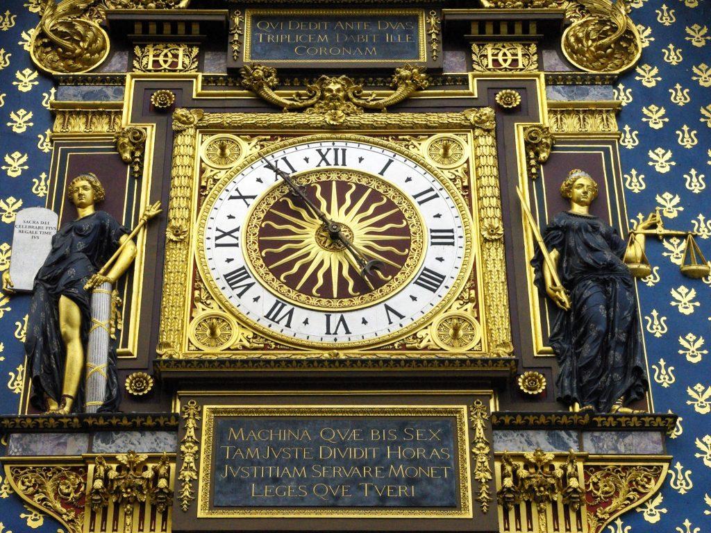 Particolare del quadrante dell'orologio in cui si vedono le due placche con le iscrizioni
