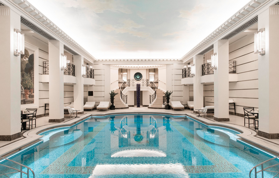 La grande piscina del Ritz Paris